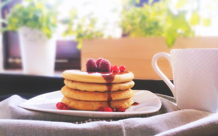 Delikatne i puszyste, śniadaniowe pięknie wyrośnięte bezglutenowe pancakes kuszą swoim wyglądem i smakiem, nikt nie przejdzie obok nich obojętnie!