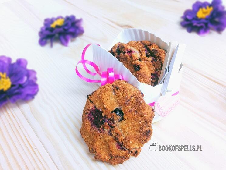 Kruche ciastka bezglutenowe z owocami leśnymi to zdrowa i sycąca przekąska. Wypróbuj przepisu na te ciasteczka migdałowe i zachwyć się ich smakiem!
