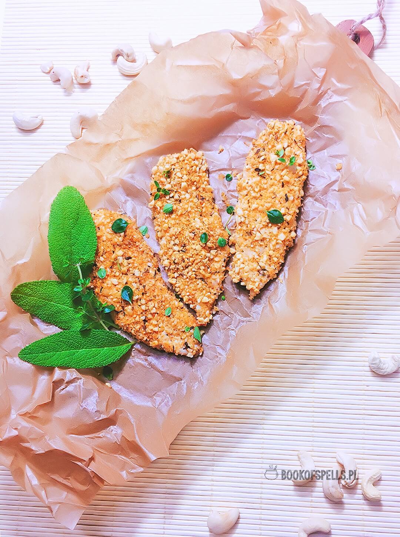 Szybki i prosty przepis na pieczone fileciki z kurczaka w bezglutenowej panierce z orzechów nerkowca, wiórków kokosowych i przypraw.