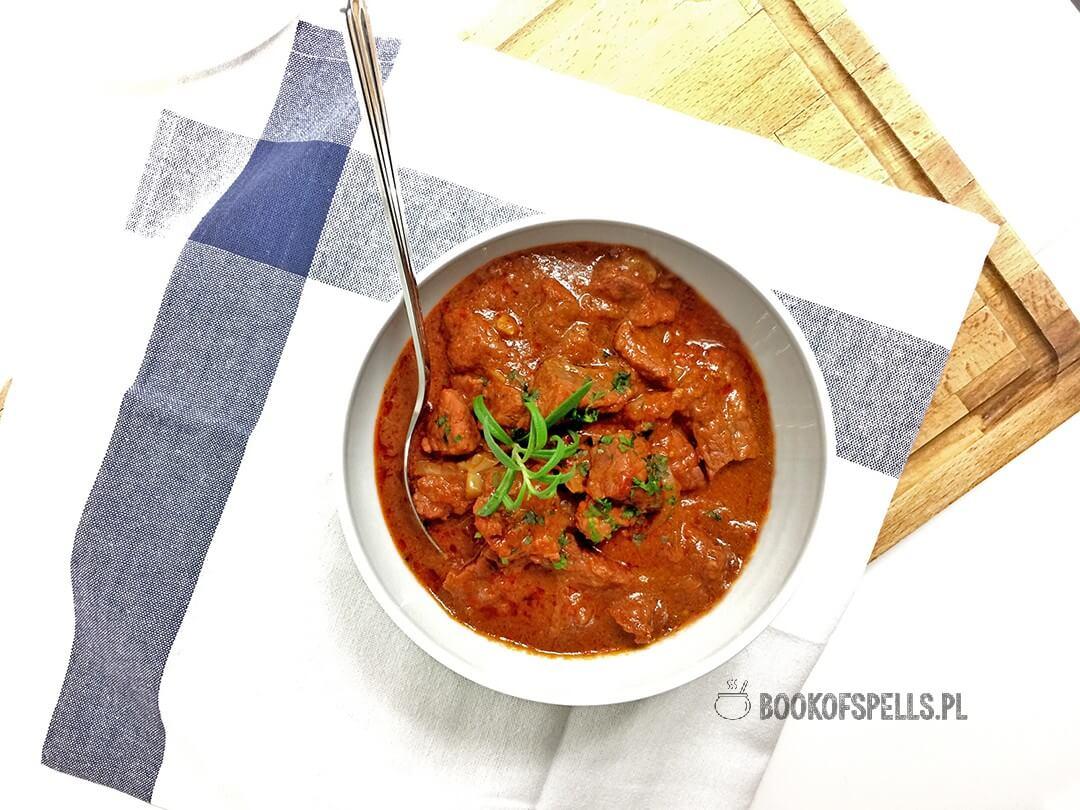 Smaczny, aromatyczny i pikantny pieczony gulasz wołowy to wybitnie proste w przygotowaniu danie.