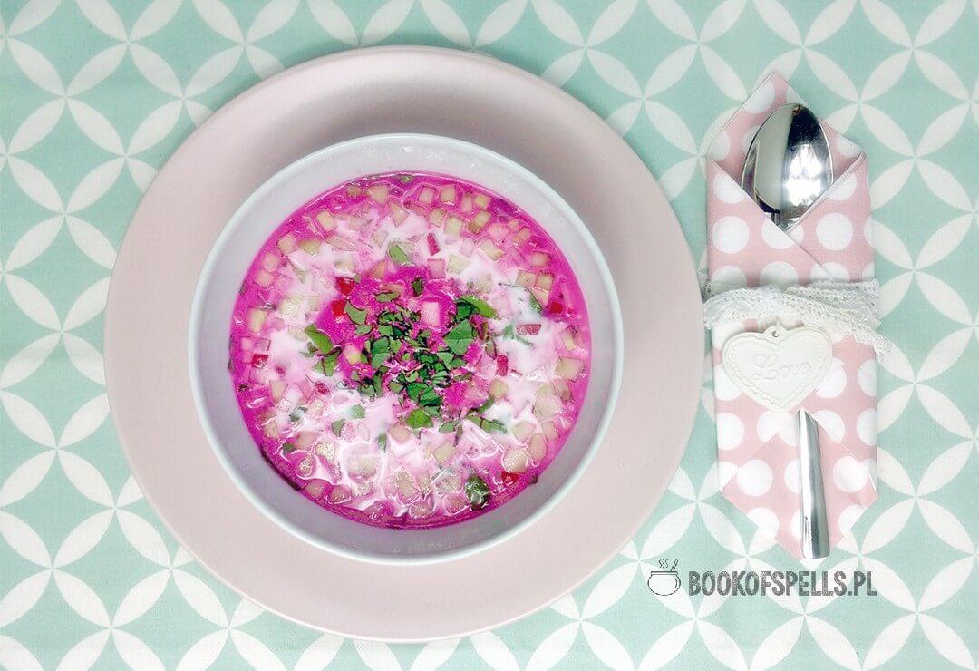 Lekki i orzeźwiający, wegański chłodnik z botwinki z dodatkiem ogórka i rzodkiewki to prosta w przygotowaniu zupa idealna na upalne dni.