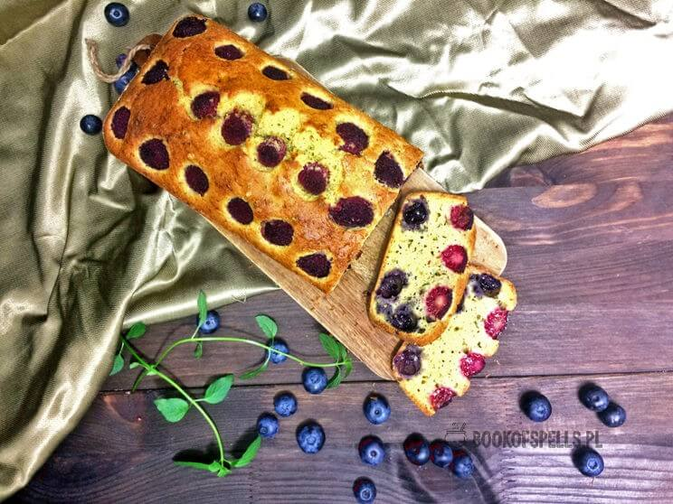 Bezglutenowe ciasto z cukinii z malinami i borówkami zaskakuje swoim smakiem, jest pyszne i wilgotne a do tego świetnie wygląda.