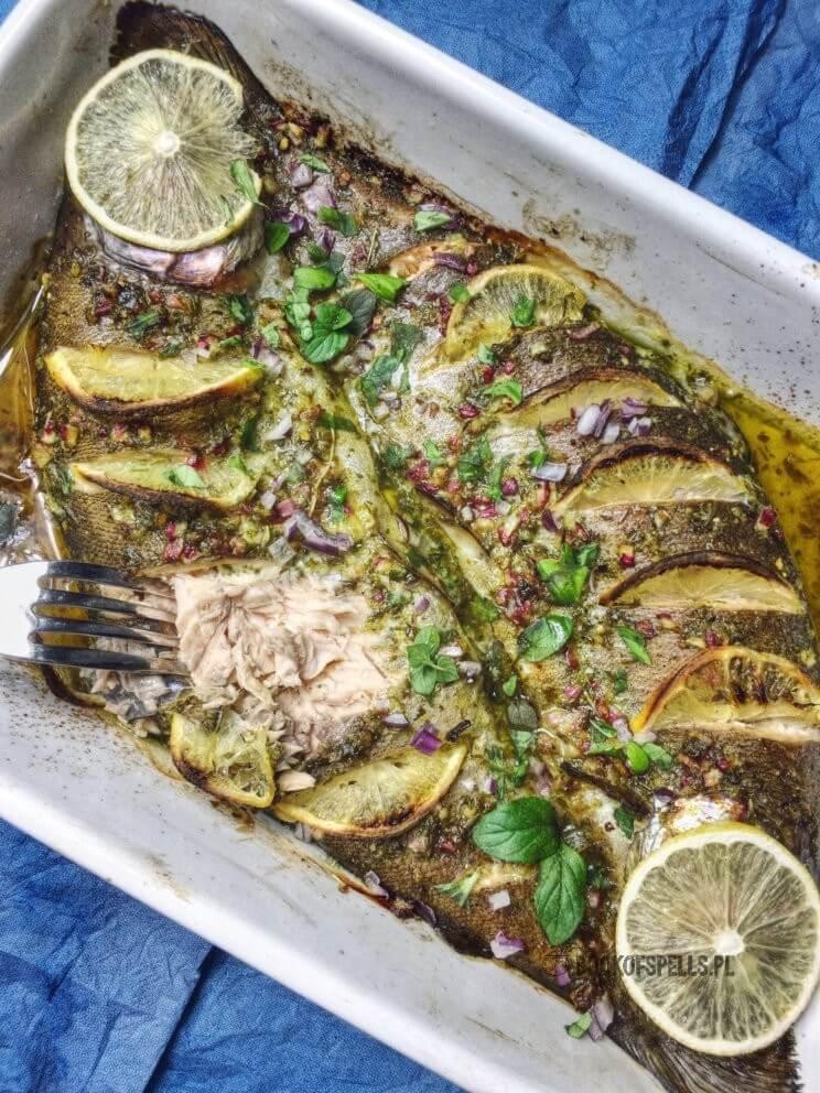 Pstrąg pieczony w aromatycznym sosie ziołowym z cebulą i cytryną to szybki przepis na lekki i zdrowy obiad w niewiele ponad 30 minut! Wypróbuj go już teraz!