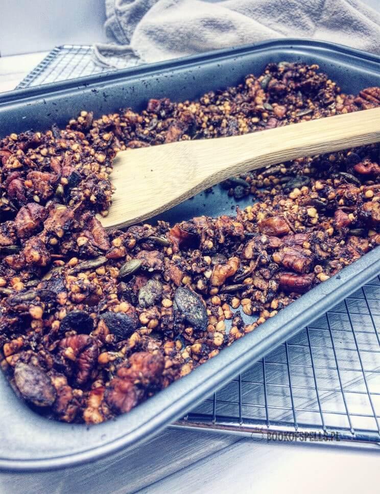 Nie ma lepszej granoli niż domowa granola! :) Ta czekoladowa granola gryczana jest świetną alternatywą dla wszystkich, którzy oprócz zbóż glutenowych nie tolerują także owsa, który jest podstawą większości przepisów na granolę. Gryczana granola jest też świetnym źródłem białka, błonnika, składników mineralnych i witamin.