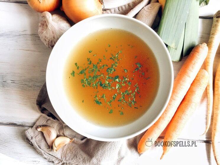 Domowy bulion warzywnyto podstawa większości zup i kremów ale także sosów i dań jednogarnkowych. Dziś u mnie przepis na wywar warzywny bez zbędnych dodatków, wzmacniaczy smaku, sztucznych kostek bulionowych wypełnionych glutaminianem sodu i solą.