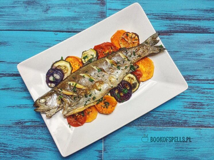 Przepis na pyszne danie, które przygotujesz w niewiele ponad 30 minut. Sprawdź już dziś jak wspaniale smakuje pieczony pstrąg z warzywami!