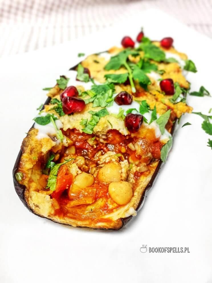 Pyszny i aromatyczny warzywny obiad w 35 minut! Bakłażan faszerowany pomidorami, ciecierzycą, pieczarkami i cebulą pod jaglaną pierzynką to świetne danie wegańskie nie tylko dla wegan! Spróbuj i przekonaj się sam!