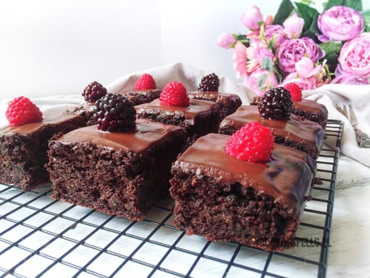Szukasz pomysł na słodki fit deser? Koniecznie wypróbuj przepis na wyśmienite, mocno czekoladowe bezglutenowe brownies bez nabiału i cukru!