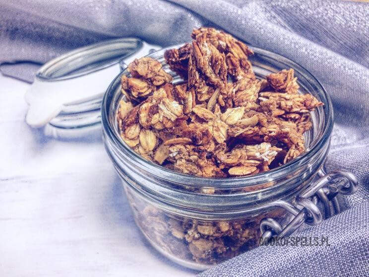 Pyszna i słodka, bezglutenowa granola o smaku karmelizowanych jabłek to świetna baza do przygotowania drugiego śniadania!