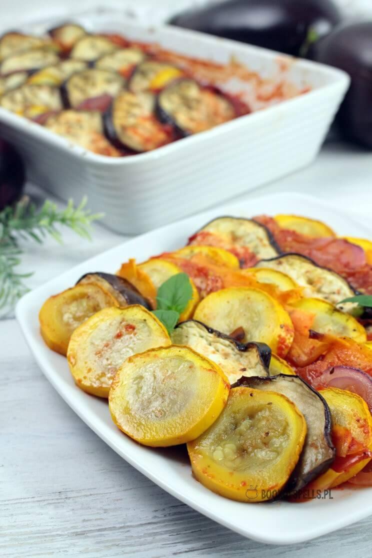 Bajecznie kolorowe wegańskie ratatouille z sezonowych warzyw to prowansalska potrawka z bakłażana, cukinii, pomidorów, cebuli w sosie pomidorowo paprykowym z tymiankiem i oregano.