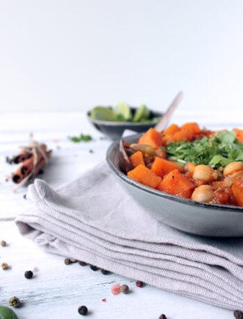 Gulasz warzywny z bakłażana, batatów i ciecierzycy to rozgrzewające, wegańskie danie idealne o każdej porze dnia. Wypróbuj przepis już dziś!